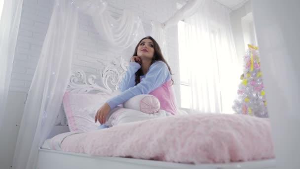 Usmívající se model v krásné ložnice