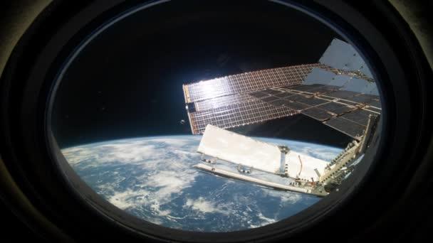 Bir uzay istasyonundan yapılmış dünyaların üzerinden uçmak. 3d oluşturma