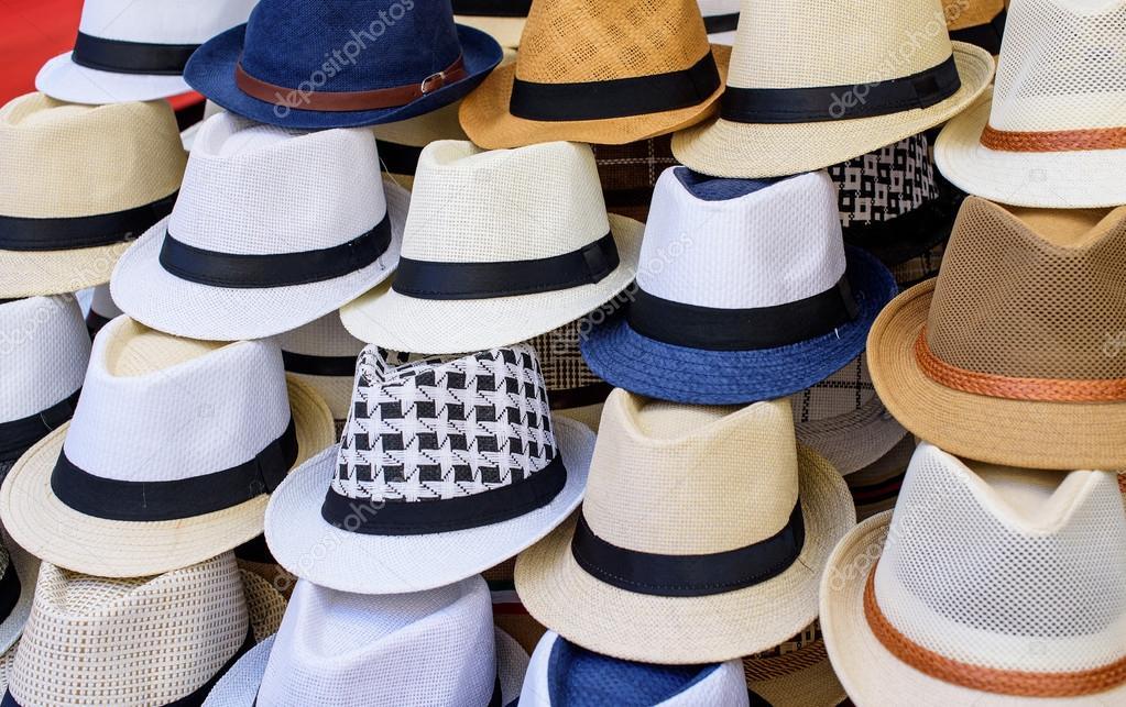 b44a3e9b68 sombreros para la venta en un mercado — Fotos de Stock © Gio.Ca ...