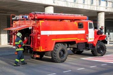 Üç itfaiyeci bir apartmandaki yangını söndürdü.
