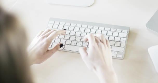 Žena, psaní na klávesnici počítače Macintosh
