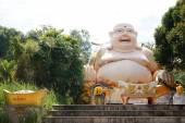 stehender Buddha-Tempel mit fettem lachenden Buddha