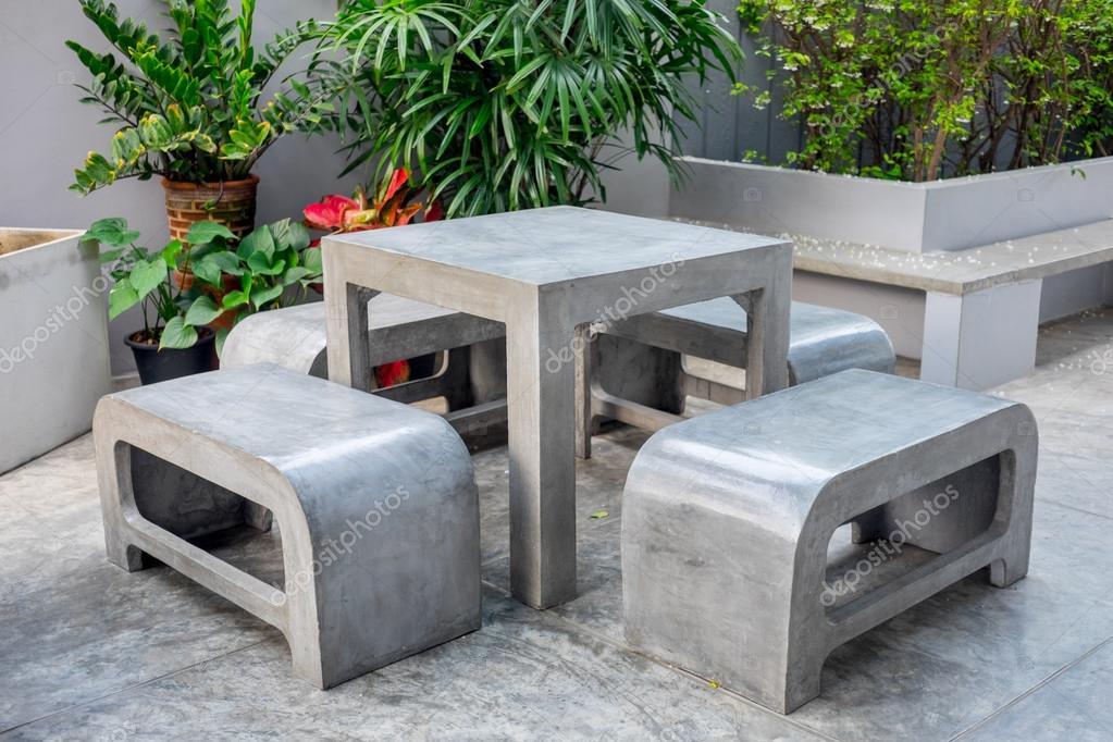 Concreto mobiliario exterior en jardín pequeño — Fotos de Stock ...
