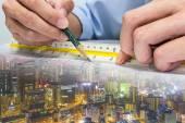inženýr a kreslení papíru budovy celý svět