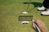 Ruční psaní zeď mezi golfový míček a otvor