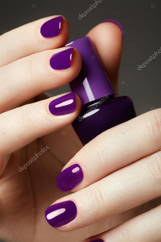 Botella de esmalte de uñas. Belleza de manos. Moda elegante ...