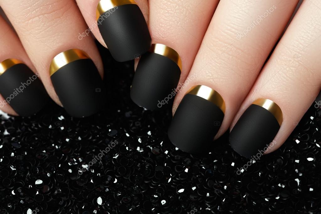 De manicura. Esmalte de uñas negro mate. Cuidados uñas con esmalte ...