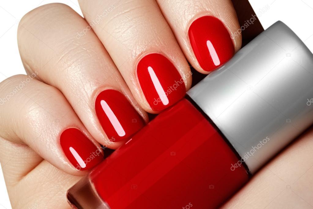 manicura. Hermosa cuidados manos de mujer con esmalte de uñas rojo ...