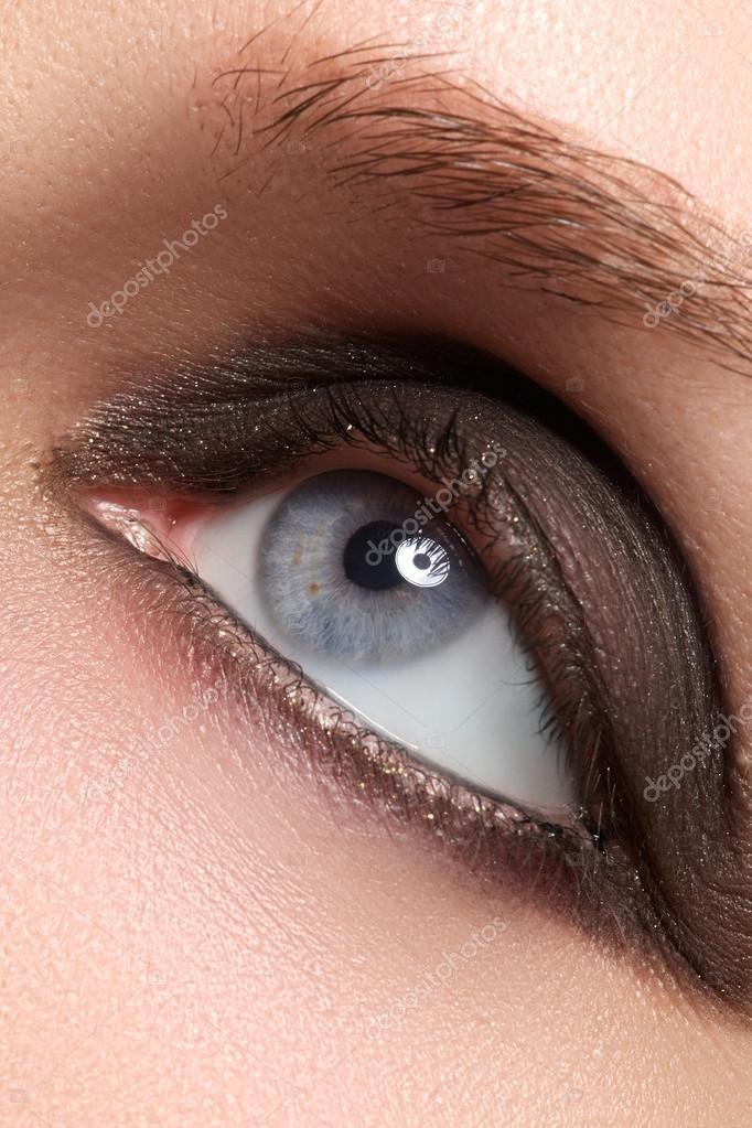 末梢スモーキー化粧と長いまつげの女性ブルーアイ ストック写真
