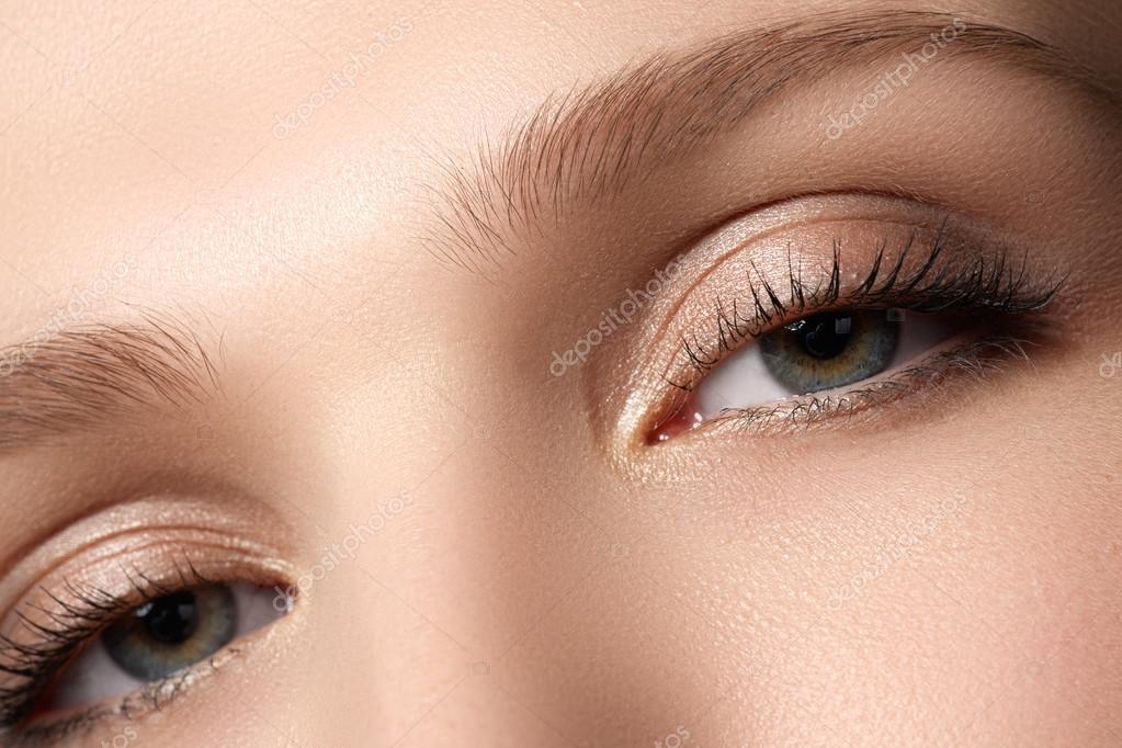 Макіяж очей. Гарні очі макіяж. Свято макіяж деталь. Довгі вії. Макро  постріл жіночий очі макіяж в стилі димчастий очей — Фото від  looking 2 the sky ac3e8f599c8cb