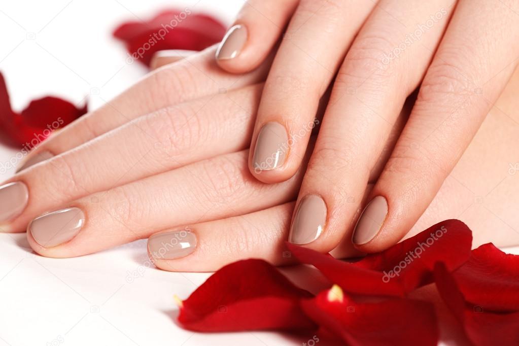 Manicura, manos & spa. Manos de mujer hermosa, piel suave, uñas ...
