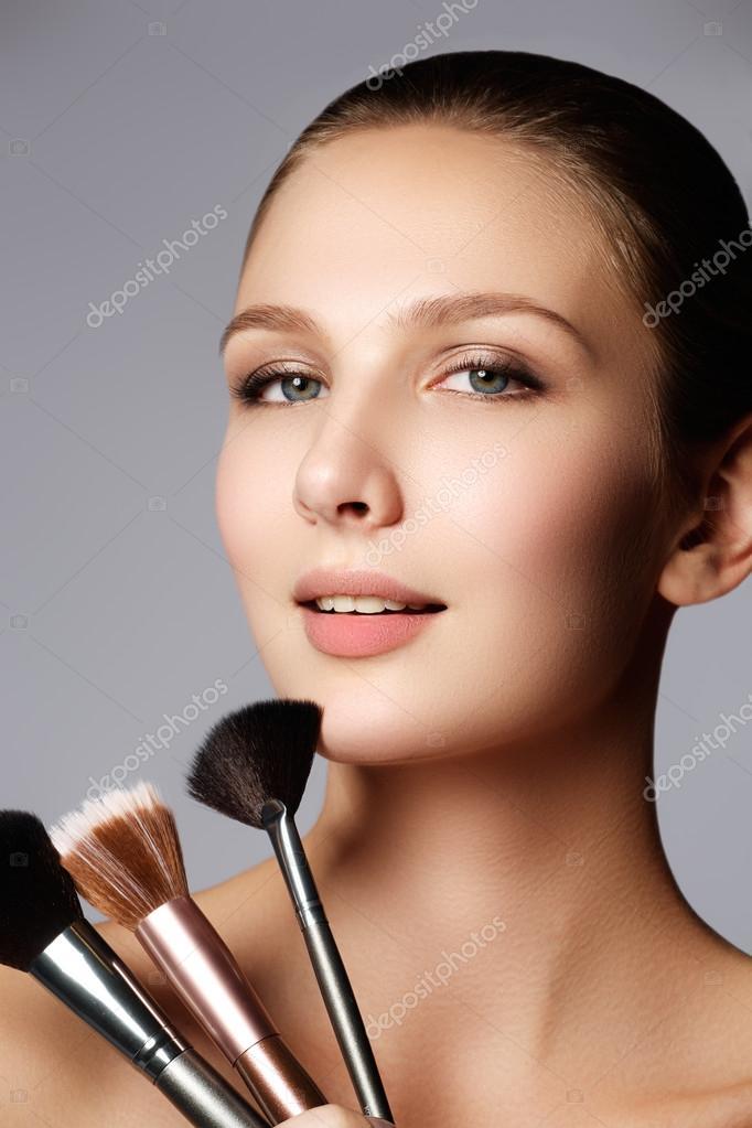 Beauty Modell Mit Make Up Pinsel Helle Make Up Fur Gleichaltrige