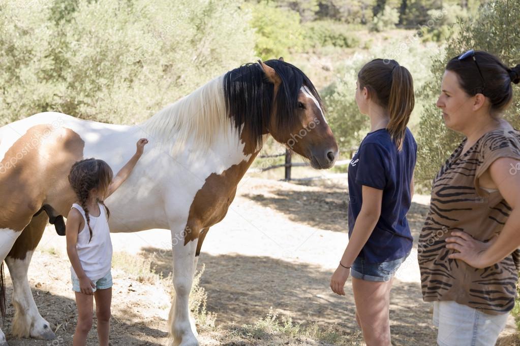 ¿Qué te parecería un paseo a caballo? ¡Coge las riendas y a jugar!