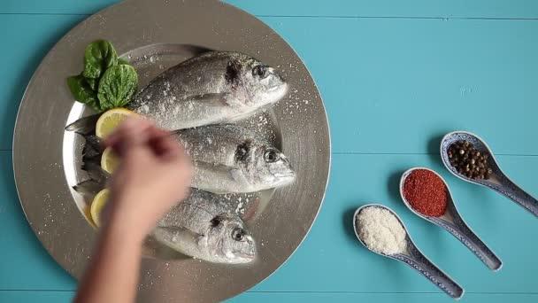 Tři syrové ryby