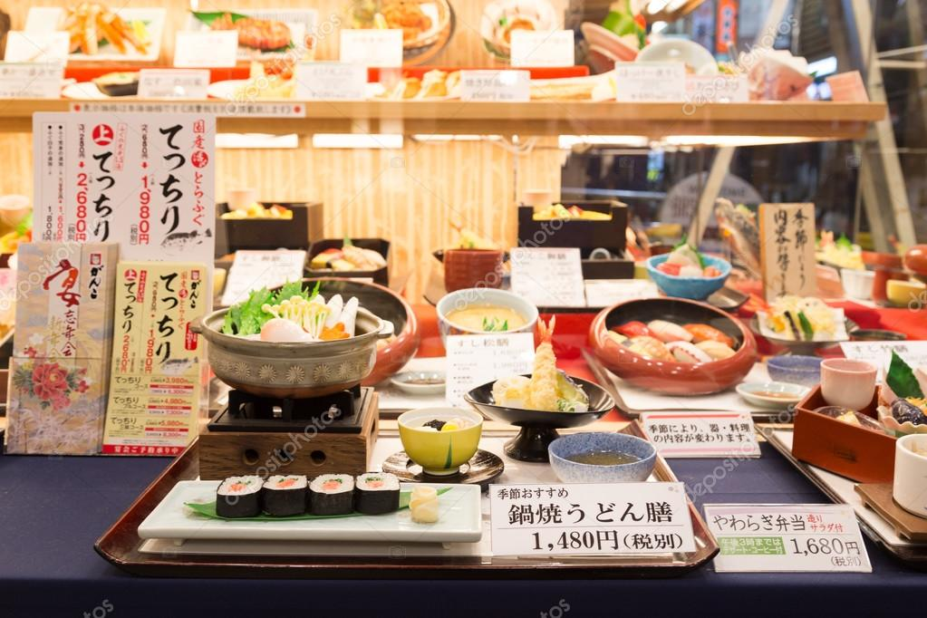 8d6e5802500 Réplicas de comida japonesa de plástico en la ventana del restaurante —  Fotos de Stock