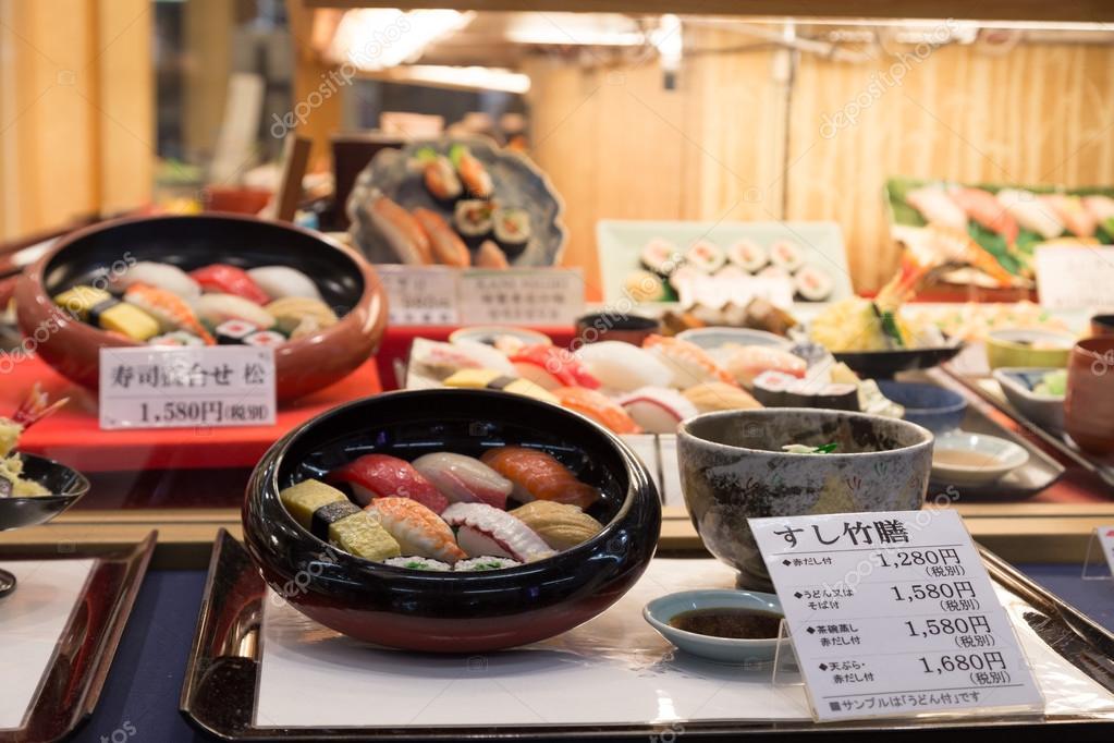 2323890318d Réplicas de comida japonesa de plástico en la ventana del restaurante —  Foto de Stock