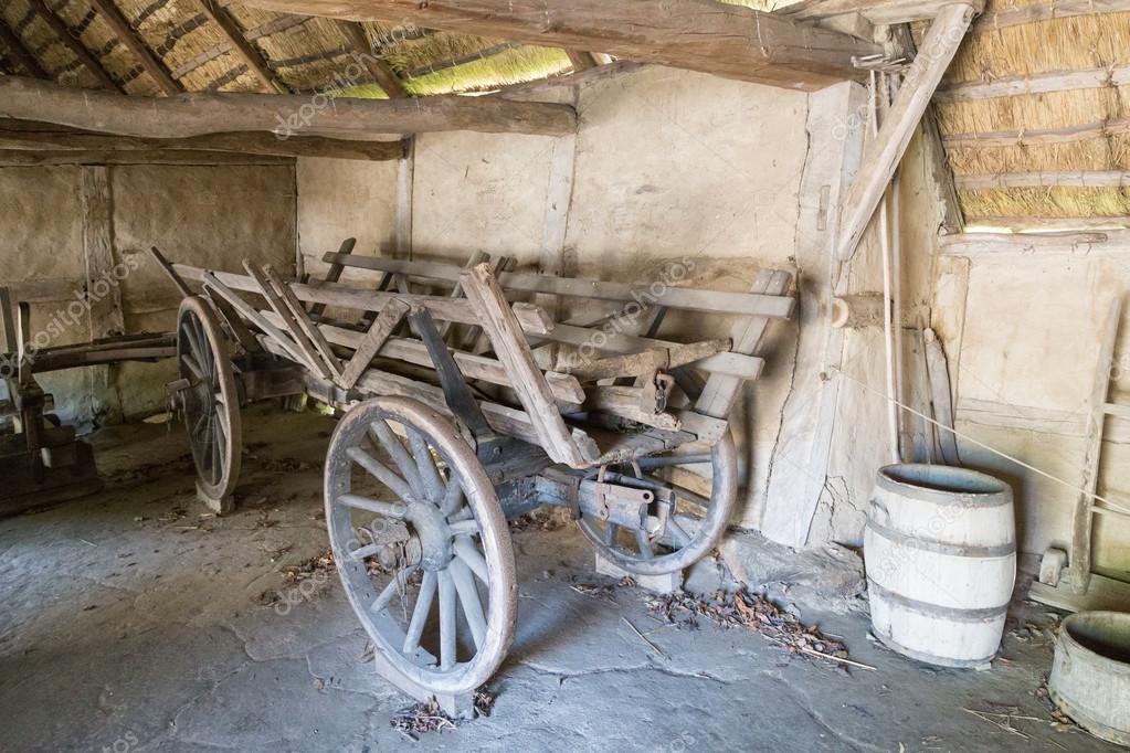 Ancien chariot en bois l int rieur de la grange photo for Inside l interieur