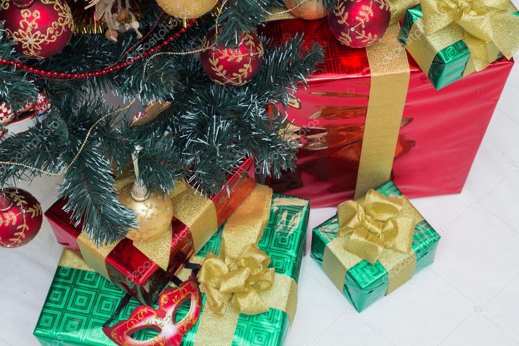 árbol De Navidad Y Regalos En Rojos Y Verdes Envolturas Globos Para