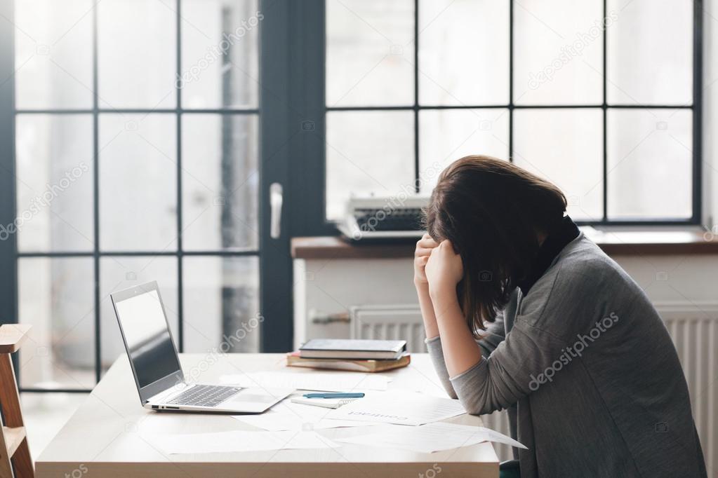Femme entrepreneur semble confus dans le bureau u2014 photographie