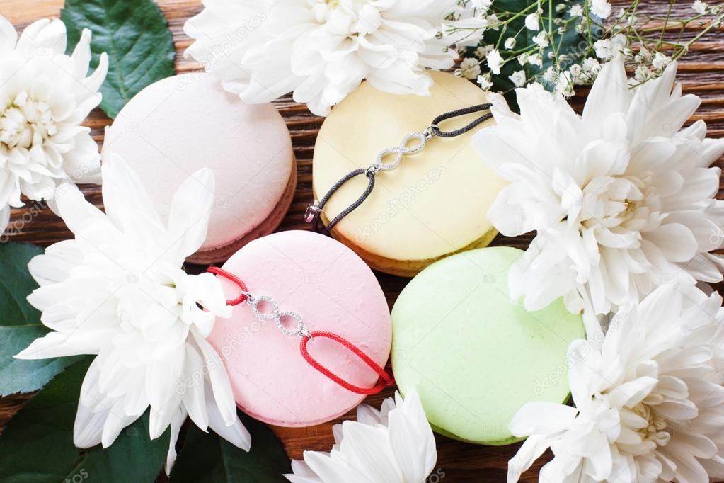 Macaroon french cookies with best friend bracelets — Stock