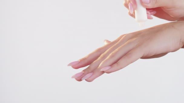 kézápolás bőr tápláló nő alkalmazása krém