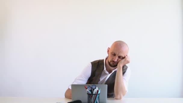 vyčerpávající práce unavený kancelářský muž mnoho úkolů