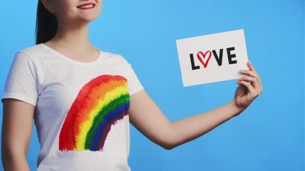 láska tolerance lgbt hrdý gay žena s plakátem