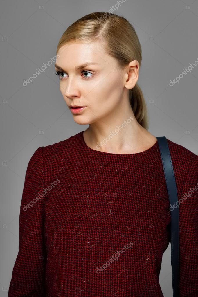 Rode Wollen Jurk.Mooie Mannequin Met Natuurlijke Makup In Rode Wollen Jurk