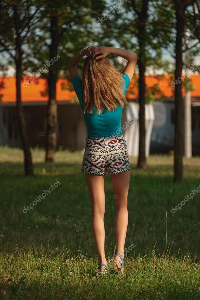 Девушка гуляет в шортиках #5