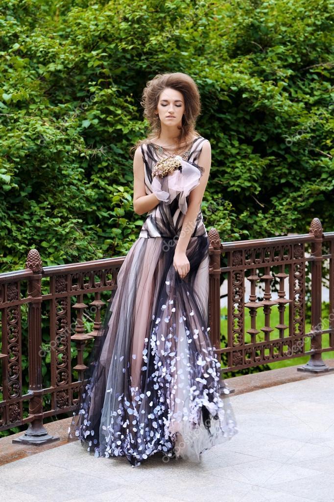 Beige Jurk Bruiloft.Portret Van Een Mooie Mode Bruid In Zwart Beige Jurk Bruiloft Van