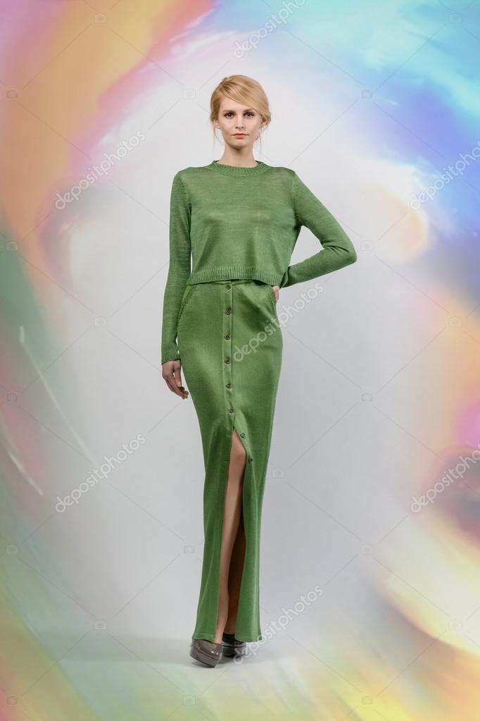 b4a283369633 красивая девушка в платье длинной зеленой и глубоким вырезом ...