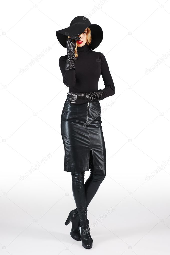Grote Zwarte Trui.Aantrekkelijke Dame In Zwarte Trui Grote Hoed En Hoge Leren Laarzen