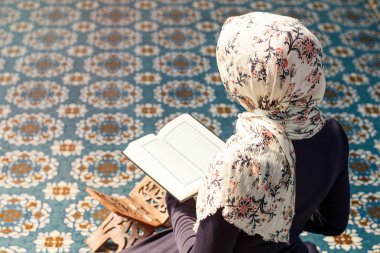 woman praying in the mosque