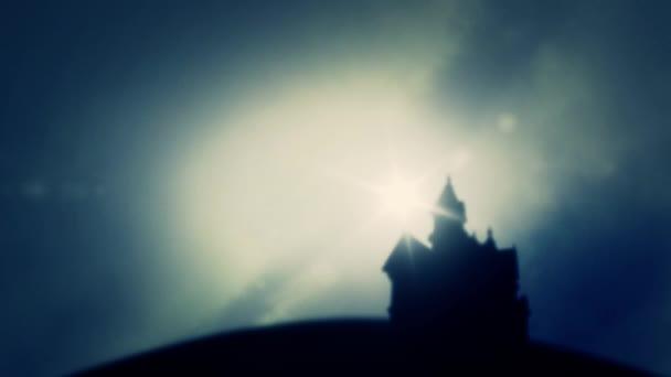 Kastély vagy egy erőd, a távolból egy sötét, felhős ég háttér a napkelte vagy napnyugta a ködben