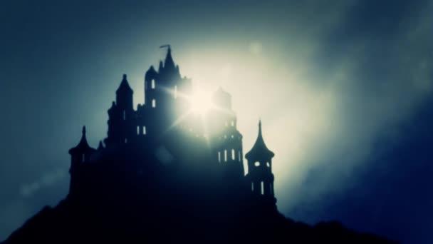 Beautiul východ dodávaná strašidelný hrad na vrcholu hory v mlhavé den
