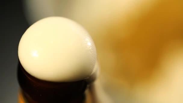 Pivní pěna vykoukali z láhve