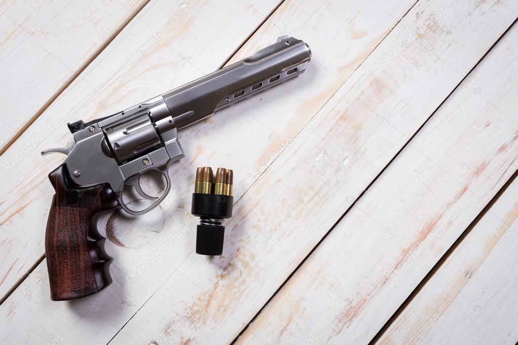 Pistolet avec tours sur le bureau en bois u2014 photographie fotofabrika