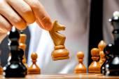 Fotografie ruka podnikatel hraje šachy