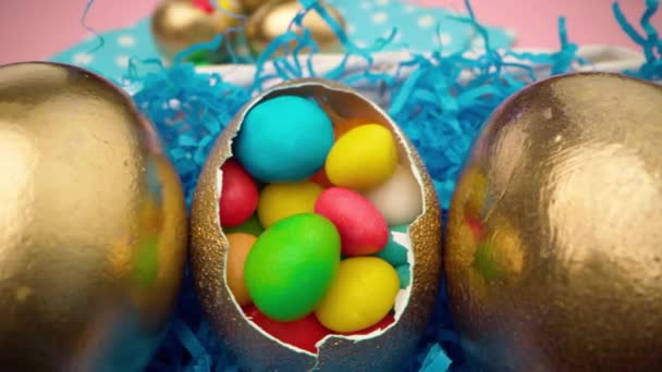 Velikonoční vejce s barevnými bonbóny v košíku zblízka