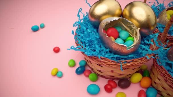 Húsvéti tojás színes cukorkákkal egy kosárban közelről
