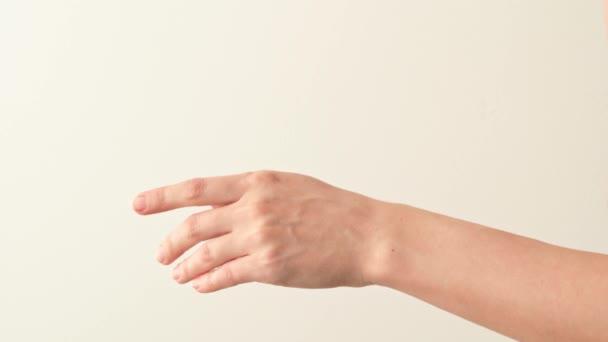 Ženská ruka třes přebytek z make-upu štětec