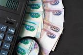 Close up fotografie stohu ruských peněz rubly s kalkulačkou