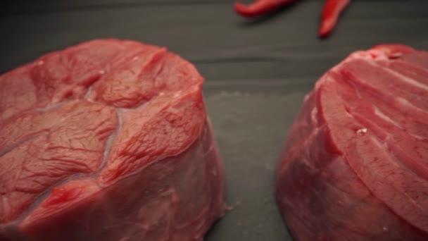 Syrový hovězí steak s kořením a koření zblízka
