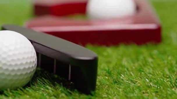 Mini golf herní zařízení na pozadí trávy zavřít