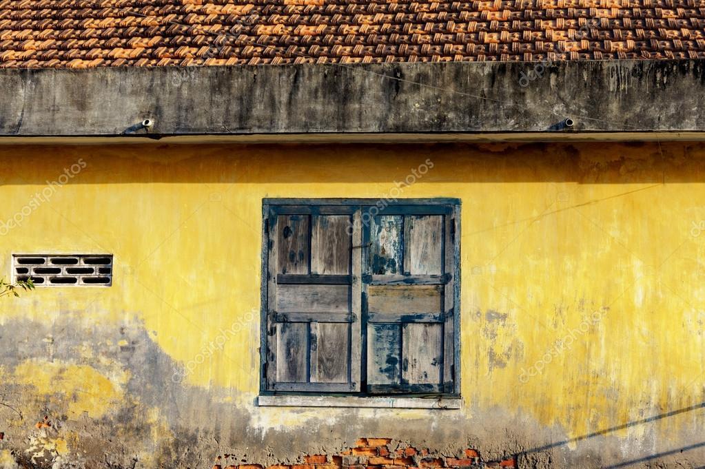 marco de la ventana con pintura vieja agrietada — Foto de stock ...