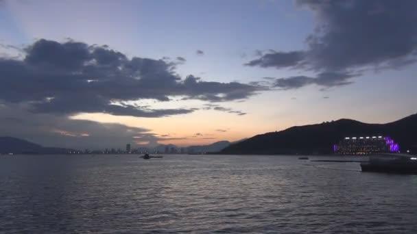 Krásný růžový západ slunce nad horami v pozadí moře