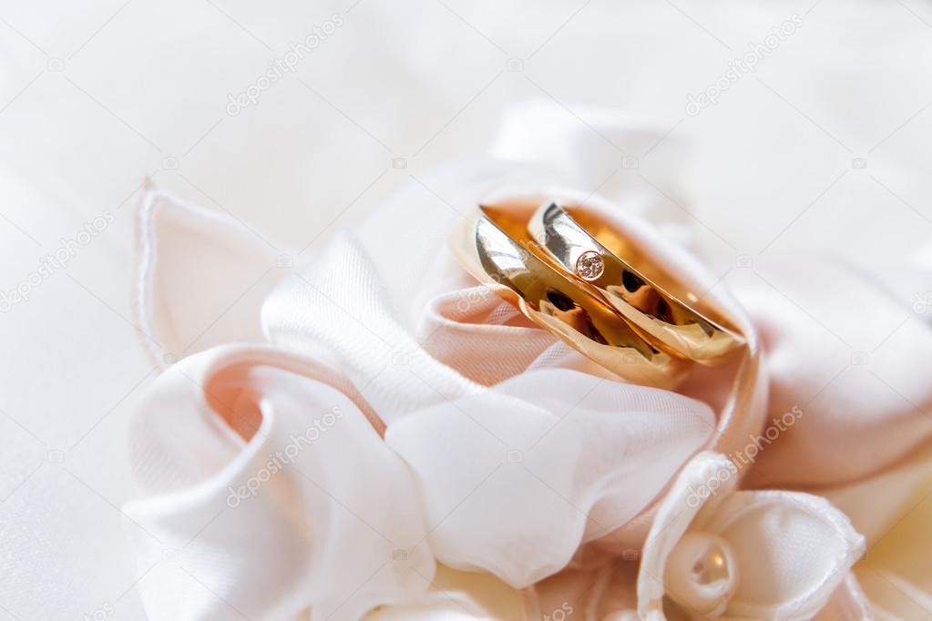 Alianças de ouro com diamante na tela de seda. Detalhes de jóias de  casamento– imagens de bancos de imagens 1c2cb09fe05f1