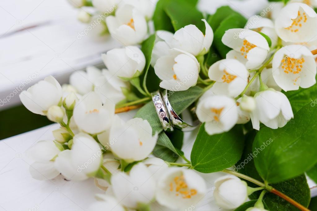 Bouquet Sposa Gelsomino.Anelli Di Nozze D Oro Con Diamanti Si Trovano All Interno Di Fiori