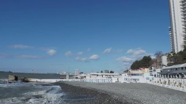 SOCHI, RUSKO - 05. února2020. Pohled na panorama restaurace Delomar, nábřeží moře a přístav Soči.