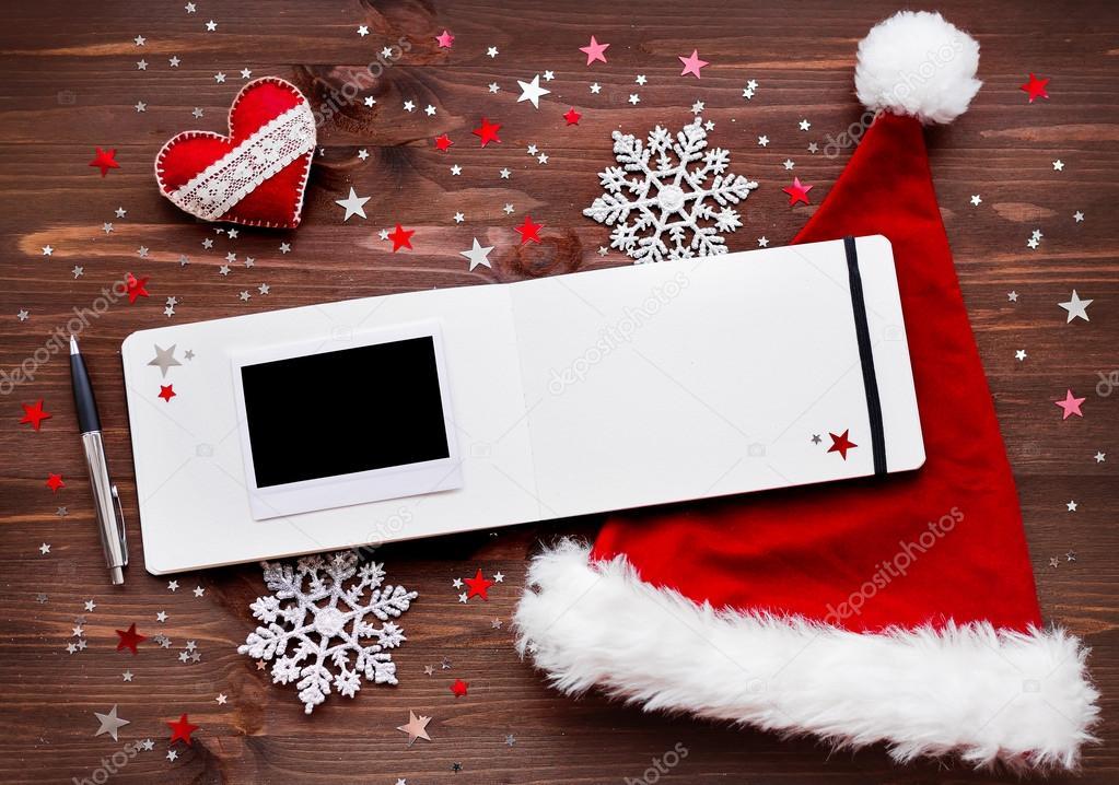 Weihnachten und Neujahr Hintergrund mit Filz Herz, roten Sankt-Hut ...